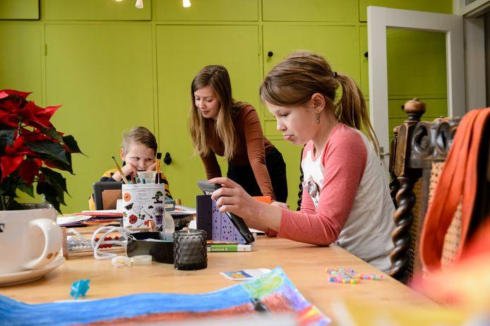 TwenteNanny en studente Tamara Droogsma past twee dagen per week op  Yvo (6) en Daphne (8) Wery en helpt ze met hun schoolwerk.