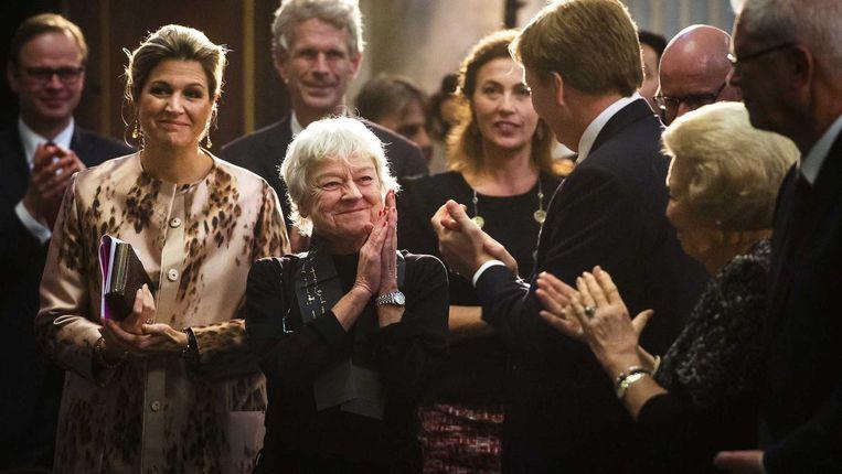 Frie Leysen tussen de leden van de koninklijke familie in 2014.  Beeld ANP