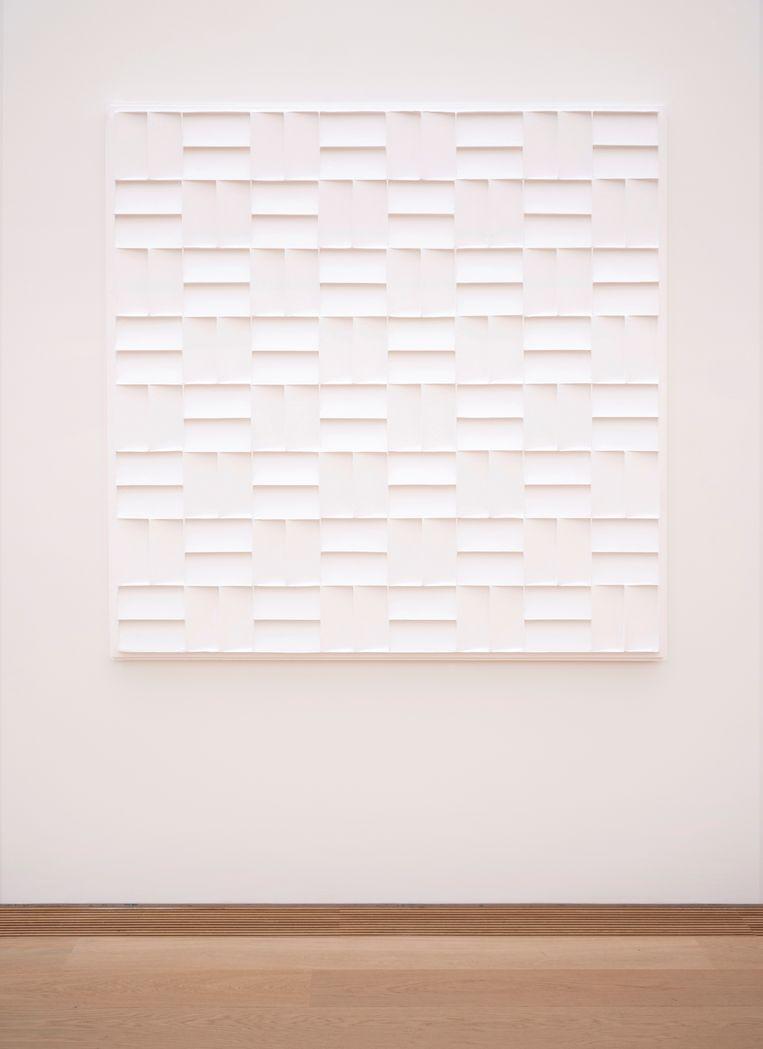 'Het werk van Jan Schoonhoven behoorde tot mijn eerste liefdes op het wankele pad van het kunst verzamelen. Ik heb er een zwak voor, misschien wel omdat ik mathematisch ben ingesteld. Ik heb hem op jonge leeftijd leren kennen en kunst van hem verzameld. Het is een gelukkige liefde gebleven. Ik vind dit nog steeds in zijn eenvoud een waanzinnig prachtig werk.' Beeld Jan Schoonhoven - R 72-2 (1972), foto: Els Zweerink