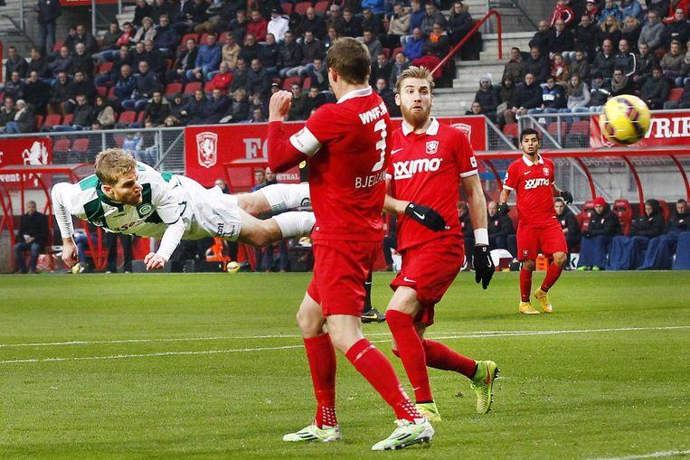 FC-Groningen speler Michael de Leeuw (l) kopt 1-0 in het doel. Beeld ANP PRO SHOTS
