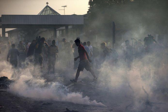 Migranten raakten vandaag slaags met de politie aan de Hongaars-Servische grens.