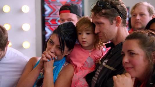 De ouders en het zusje van Christian kijken gespannen toe tijdens de auditie.