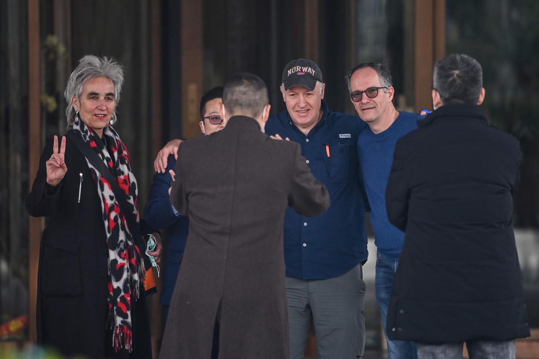 De WHO-missie met viroloog Marion Koopmans (l.) verlaat het hotel aan het einde van het 'feitenonderzoek' naar de herkomst van Sars-Cov-2 in China. Beeld AFP