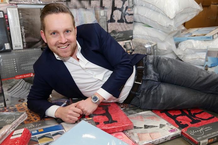 Niels Verwij in de nieuwe hal en tussen de collectie dekbedovertrekken.
