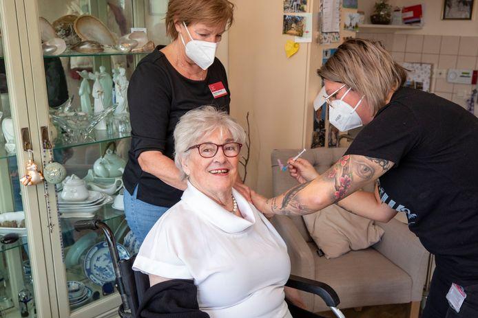 De 80-jarige Margree Swartjes is de eerste bewoner van Frankeland in Schiedam die een coronavaccin krijgt.