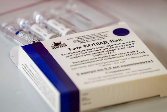 Een doosje Sputnik V. Veel Russen vertrouwen het vaccin niet, zodat de vaccinatiegraad in het land dramatisch achterblijft.