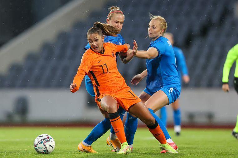 Lieke Martens is in duel met de IJslandse Gunnhildur Jonsdottir en Glodis Viggosdottir. Beeld Pro Shots / Remko Kool