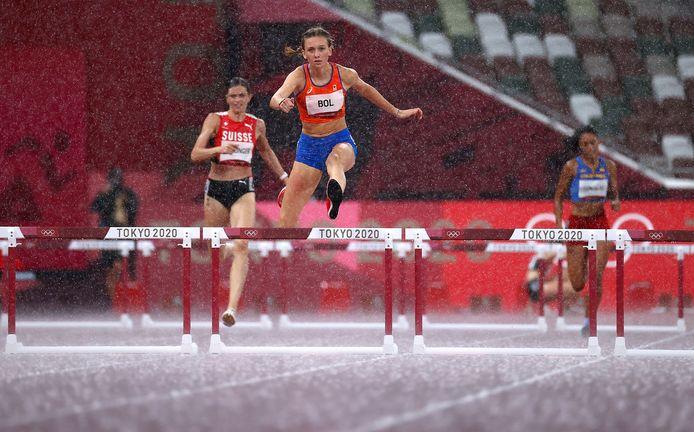 Femke Bol op weg naar de winst in haar halve finale.
