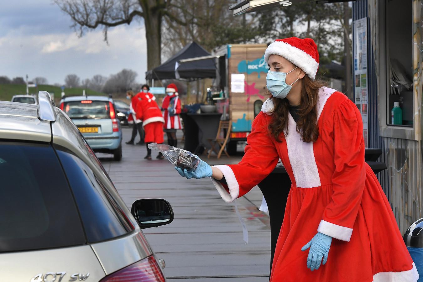 Medewerkers van Pantein krijgen een hapje, een drankje en hun eindejaarsgeschenk dit jaar tijdens een drive-thru op de Maaskade in Cuijk.