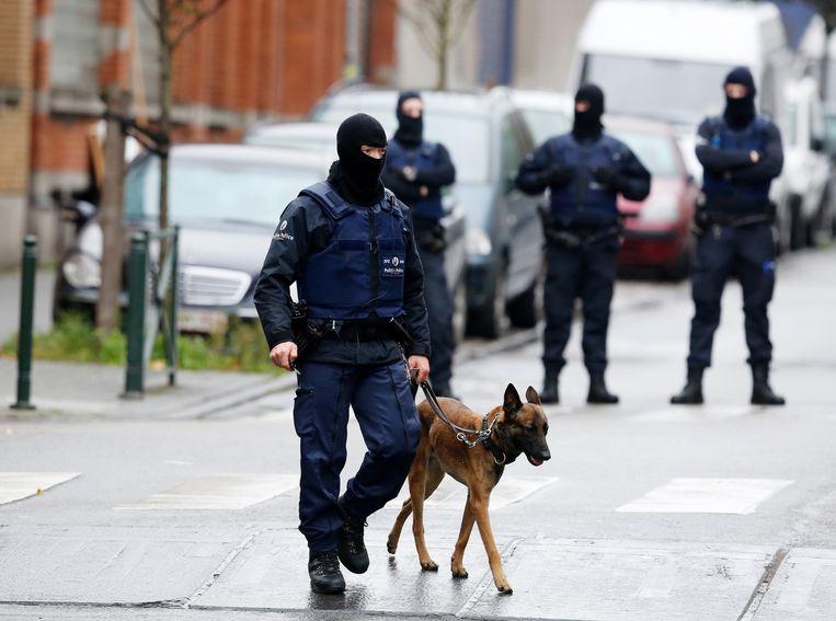Een politieactie in de Brusselse deelgemeente Molenbeek. Beeld anp