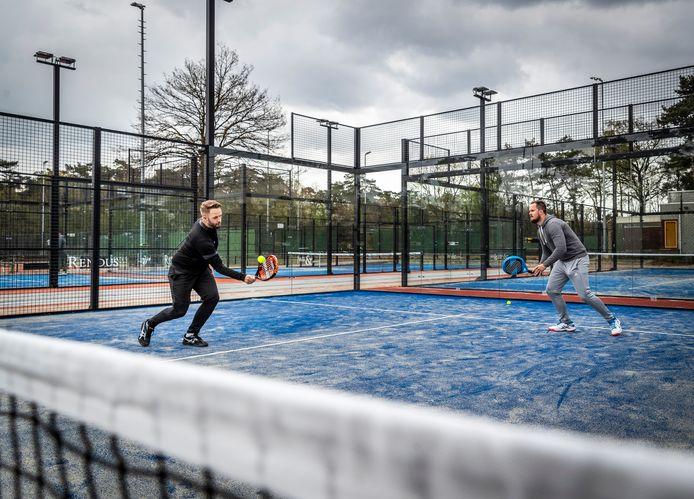 Een potje padel op een baan in Valkenswaard. Op steeds meer plekken in Nederland is de sport te beoefenen.
