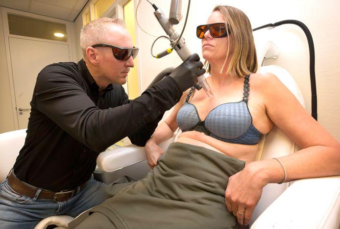 ,,Het weghalen van tatoeagepuntjes kan gemiddeld in acht sessies'', zegt Paul Heerkens in zijn praktijk in Bavel.