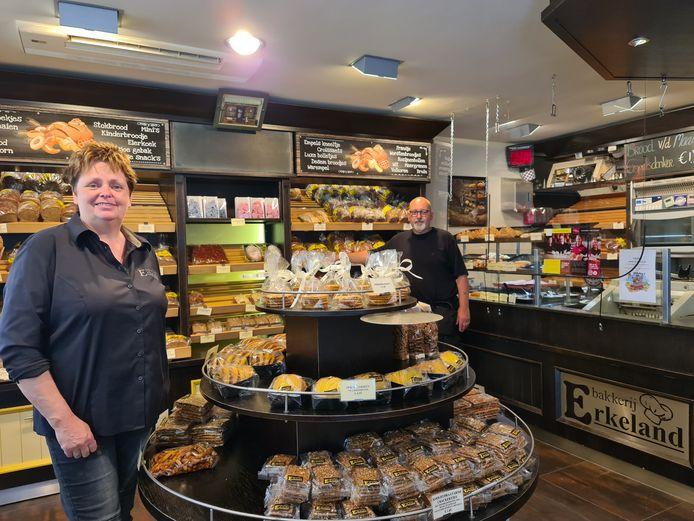 Thea en Marc Erkeland in hun bakkerswinkel in Empel.