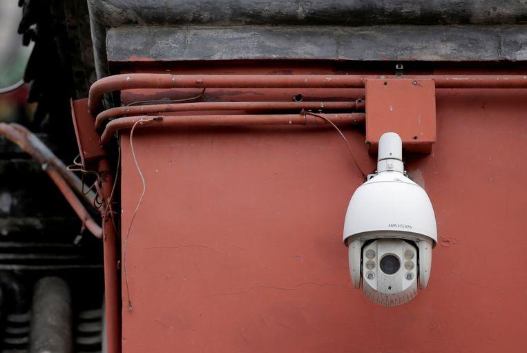 Een surveillancecamera in Beijing. Volgens critici verschijnen Chinese burgers in het openbaar wel 500 keer per dag op film.  Beeld Reuters