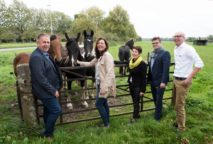 Stichting De Iris-bestuursleden Maks van Middelkoop, Els van Maurik en Elly Heijstek staan met LSW-bestuurders Ed de Groot en Gerben van Ballegooijen voor de plek waar de nieuwe zorginstelling is gepland.