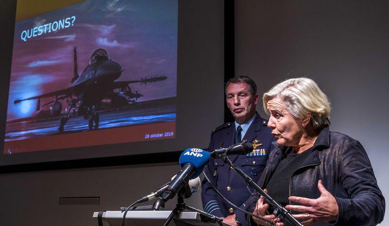Minister Ank Bijleveld van defensie en kolonel-vlieger Peter Tankink tijdens een persconferentie over een aanval van een Nederlandse F-16 op een autobommenfabriek van IS in het Iraakse Hawija in 2015. Beeld ANP