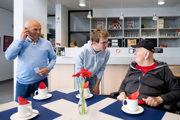 PUURS Leerlingen helpen in WZC nav dag van de dienstbaarheid