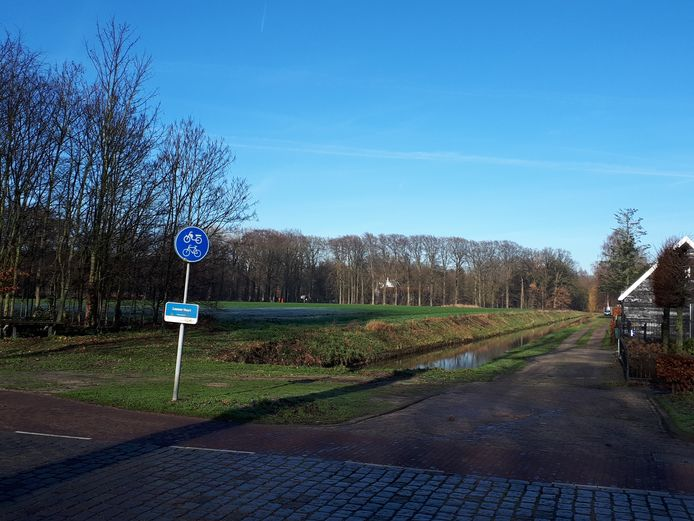 Rechts het pad langs de achtertuinen van de woningen aan Het Hof in Nieuwkuijk. Links de nu nog open ruimte tussen Het Hof en de Kasteellaan op Landgoed Steenenburg, tussen Drunen en Nieuwkuijk.