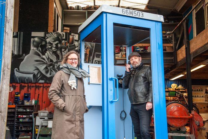 Čiska Jansz en Robin Stolle bij de Telefoon van de Wind, waarin binnenkort 'gebeld' kan worden met overleden dierbaren. Een project op verzoek en ter nagedachtenis aan Geraldine, de overleden echtgenote van Robin.