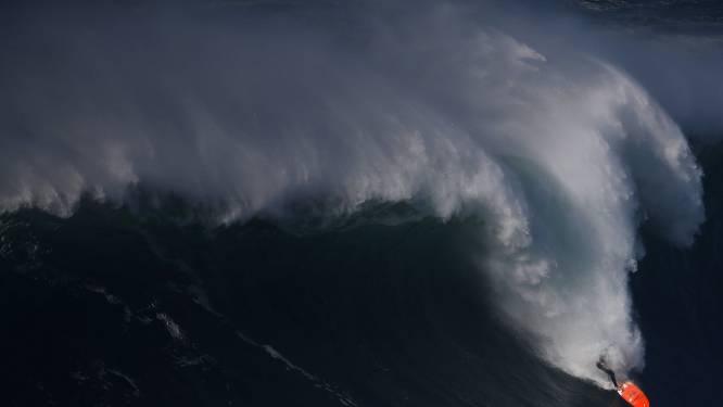 Surfer met schrik vrij nadat hij vanochtend van reusachtige golf tuimelde