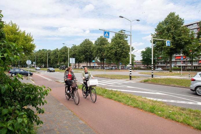 De kruising Heerbaan - Hoge Houw in de wijk Heusdenhout.