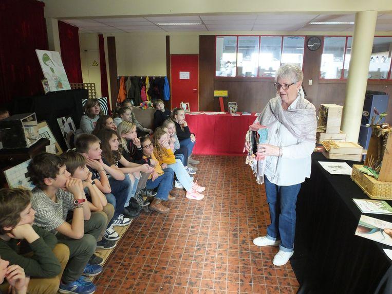 Een van de oma's vertelt aan de hand van zelfgemaakte kijkdozen verhalen over haar lievelingsboeken aan de leerlingen van Klavertje 4.