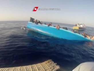 Italiaanse kustwacht filmt paniek wanneer migrantenbootje kapseist in Middellandse Zee