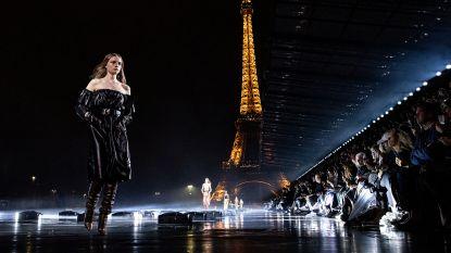 Modellen lopen op water aan de voet van de Eiffeltoren voor modemerk Saint Laurent