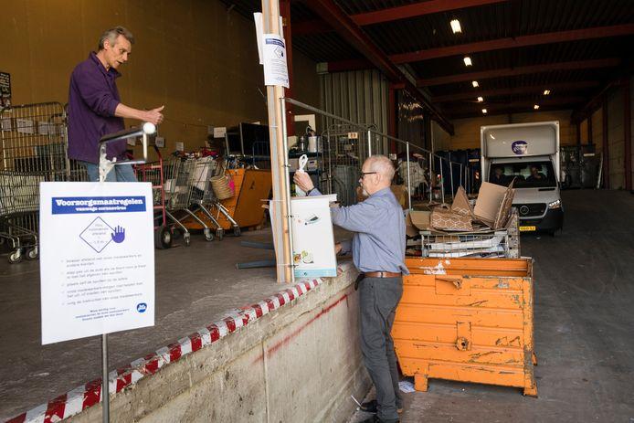 Kringloopwinkel 'Het Goed' kreeg het vorig jaar erg druk. In de eerste helft van het jaar sloeg Nederland massaal aan het opruimen. Nu liggen de voorraden te wachten op klanten.