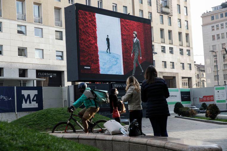 De mannencollectie is te zien op een groot scherm in hartje Milaan. Beeld AP