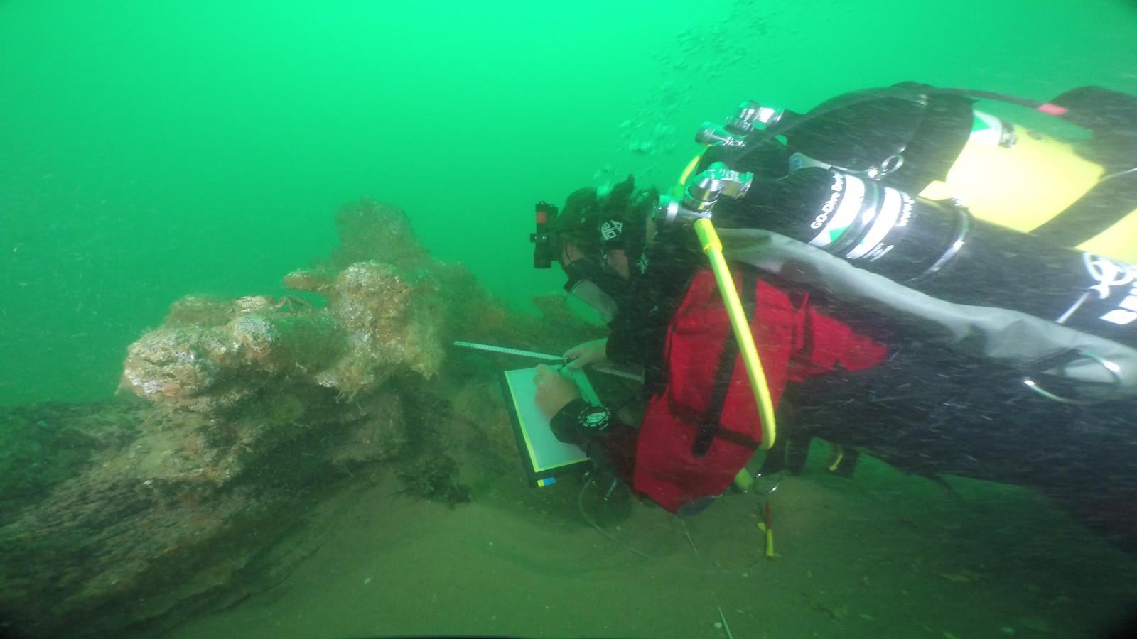 Een duiker bij een stuk van de Rooswijk.