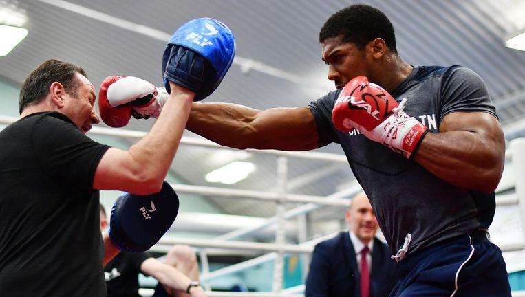Sparren Anthony Joshua tijdens een van zijn laatste sparringsessies voor het titelgevecht in Wembley, zaterdagavond. Beeld Getty Images