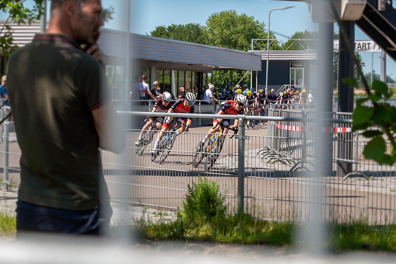 De trainingsritten in Rucphen kunnen alleen door gaan als de buitenwereld er weinig tot niets van meekrijgt. Ook de pers moet buiten de hekken van het wielerparkoers blijven.