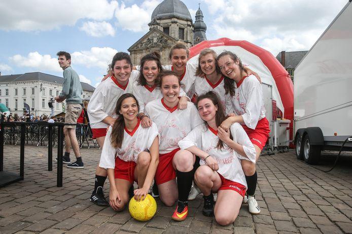 Ook de dames staan hun mannetjes: de ploegfoto van Skoladies.