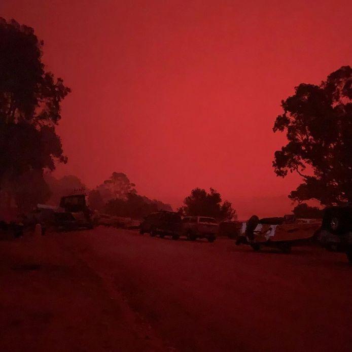 De lucht kleurt bloedrood in Mallacoota.