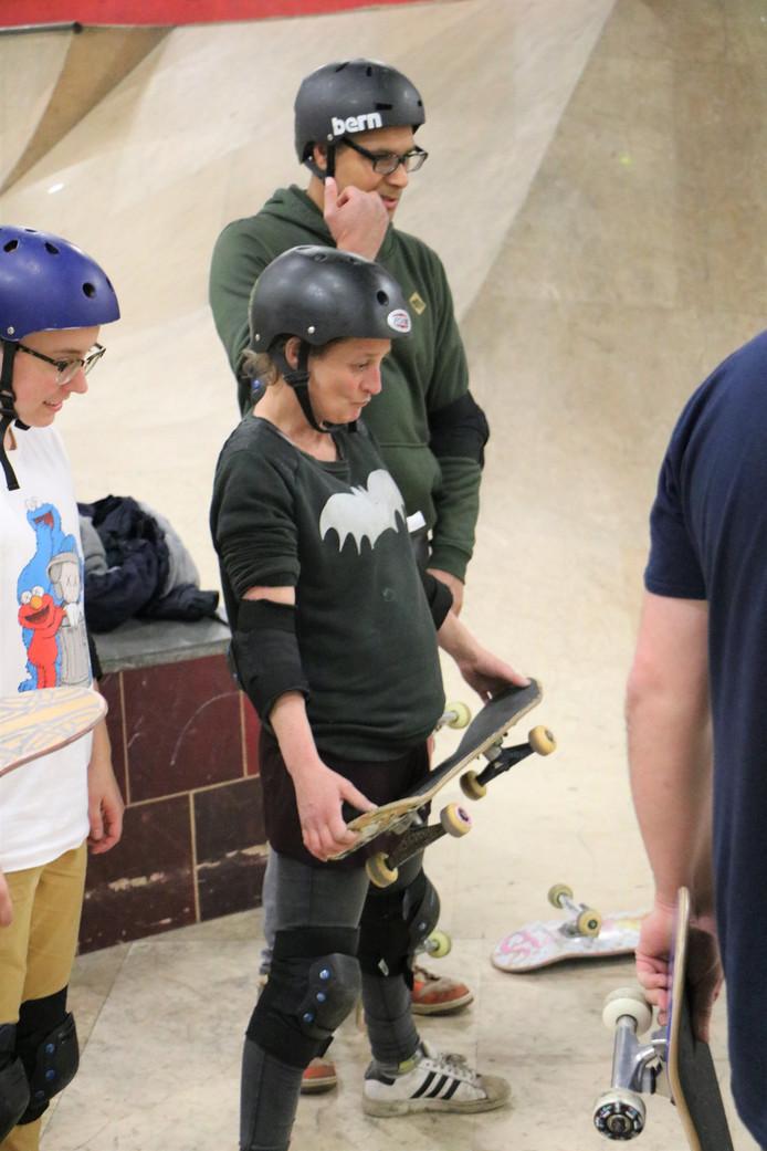 Helena (48) tijdens een skatecursus voor volwassenen in skatepark Ladybird.
