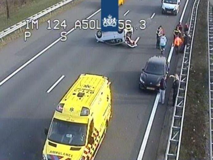 De auto die over de kop is geslagen ligt midden op de A50.