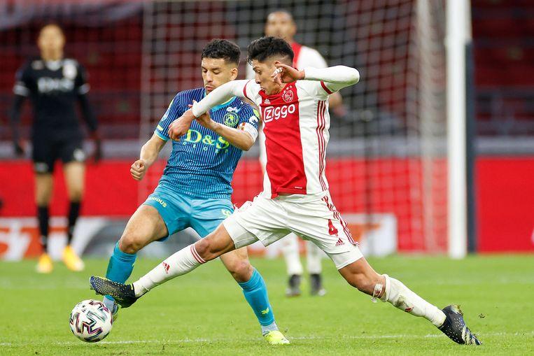 Edson Álvarez in actie tegen Sparta.  4-2. Beeld Pro Shots / Stanley Gontha