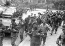 Britse krijgsgevangenen worden afgevoerd op de hoek van de Utrechtseweg en de Noorderweg in Oosterbeek