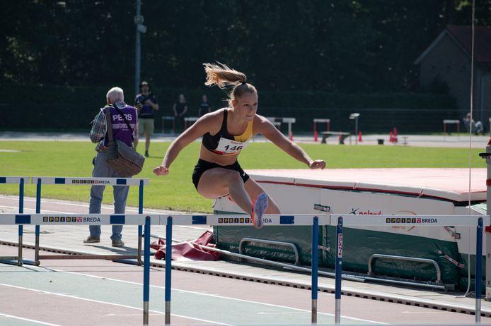 Femke Frijters, atlete van AV Sprint tijdens een promotiewedstrijd clubcompetitie in Breda