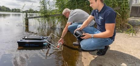 Simpel, efficiënt én leuk: dit bestuurbare bootje ruimt dode vissen op bij Kampen
