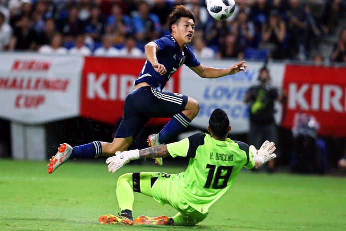De Japanner stuit op doelman Leonel Moreira.