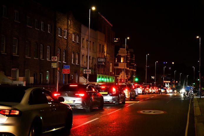 Een lange wachtrij gisteravond bij een tankstation van Texaco in de buurt van London.
