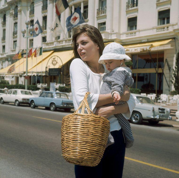 Met haar toen 10 maanden oude dochter Charlotte Gainsbourg in Nice, 1972. Beeld Gamma-Keystone via Getty Images