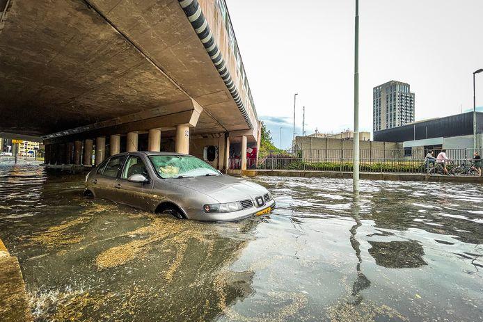 Ook bij de Elisabethtunnel in Eindhoven reden auto's zich vast in het hoge water.