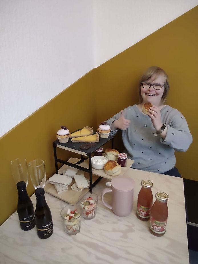 Esther serveert je met de glimlach een afternoon tea met alles erop en eraan.