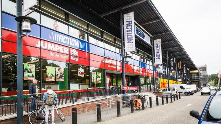 Koopcentrum Akerpoort: naast bouwmarkten, huishouduitverkoop en diervoer ook veel outletmode Beeld Tammy van Nerum