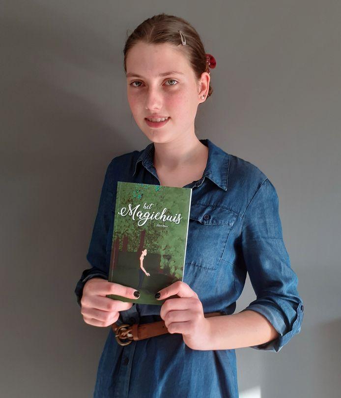 Elien is amper 15 en heeft nu al een eerste boek uit.