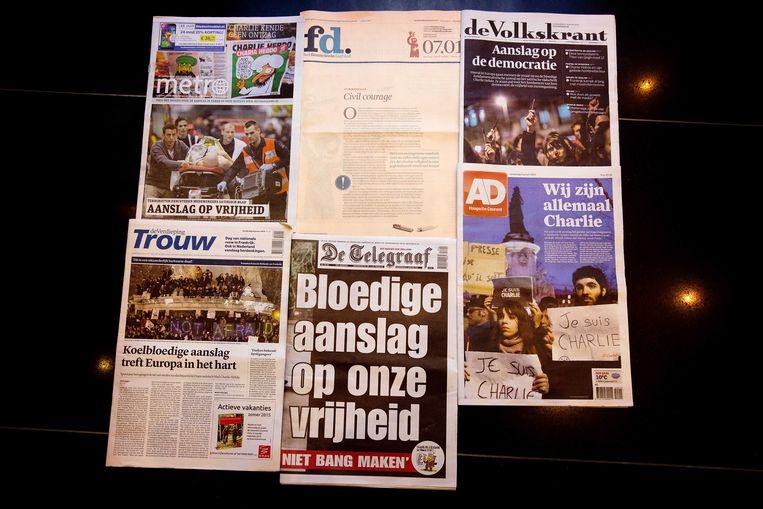 Diverse voorpagina's van de Nederlandse kranten staan in het teken van de aanslag in Parijs. Beeld ANP