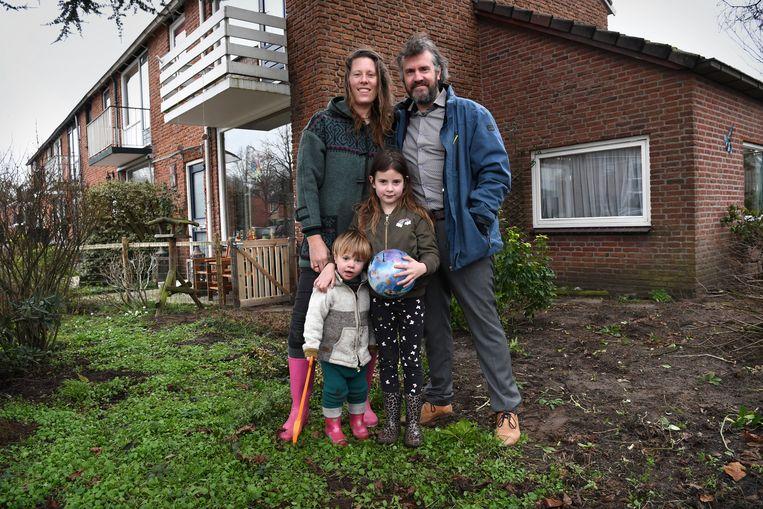 Rosalie Fournier en David Lebbing met hun kinderen Maurie en Berend. Beeld Marcel van den Bergh / de Volkskrant